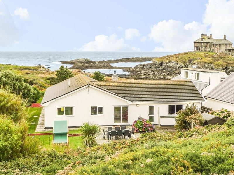 THE BEACH HOUSE TREARDDUR BAY, ground floor, detached cottage, hot tub, location de vacances à Trearddur Bay