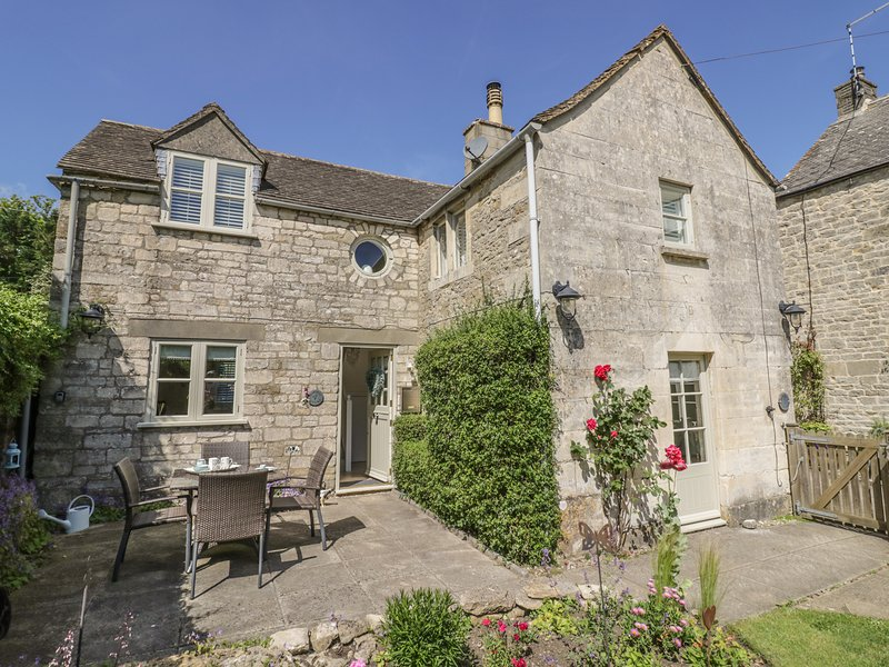 BLUEBELL COTTAGE, woodburner, open plan, garden with patio, in Minchinhampton, holiday rental in Amberley