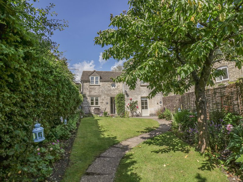 BLUEBELL COTTAGE, woodburner, open plan, garden with patio, in Minchinhampton, vacation rental in Chalford