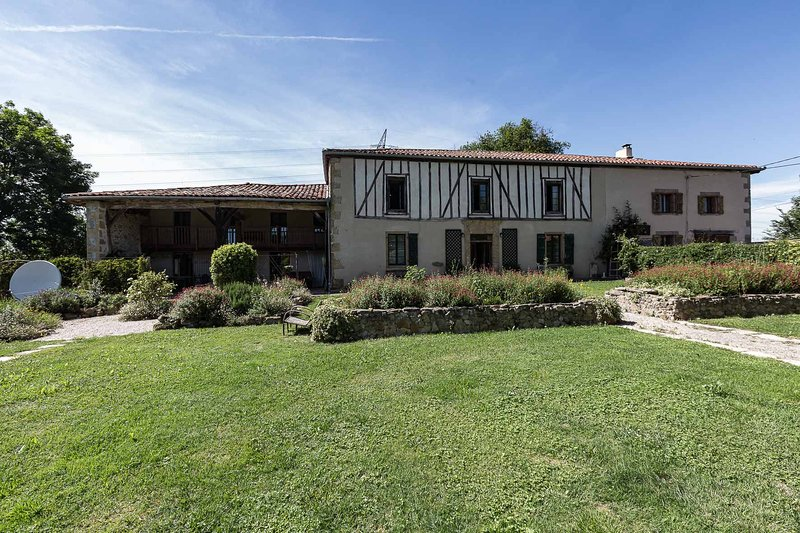 Large French Farmhouse with swimming pool in three acres. Pets welcome, alquiler vacacional en Estancarbon