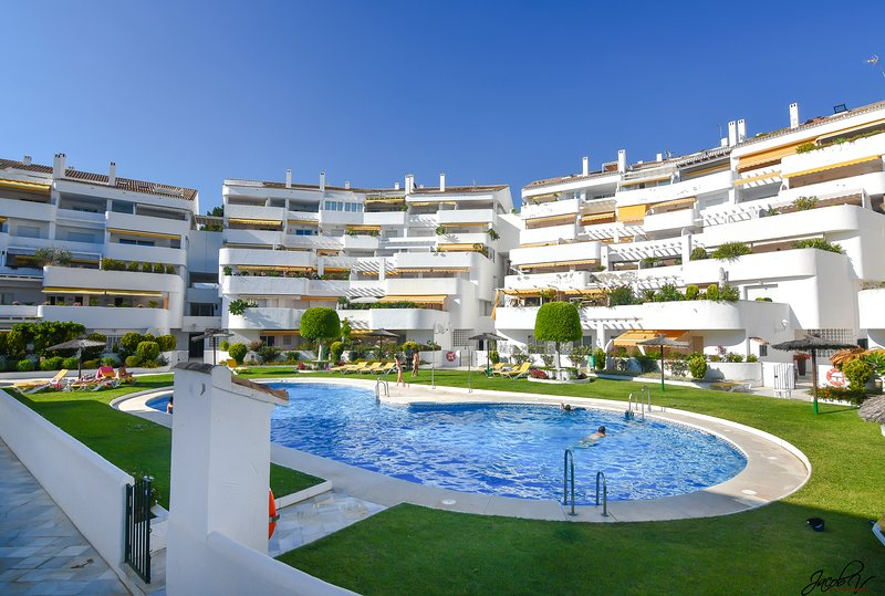 Luxury Two Bed Apartment in El Dorado, Puerto Banus, holiday rental in Nueva Andalucia