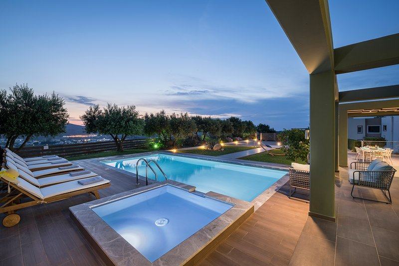 Mythic Olive - Luminous Private Villa, Heated Pool, location de vacances à Theriso