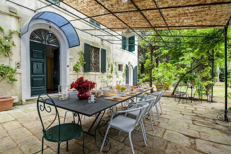 Stunning Tuscan villa with five bedrooms near Cortona, private pool and Wi-Fi!, holiday rental in Schiavazzolo