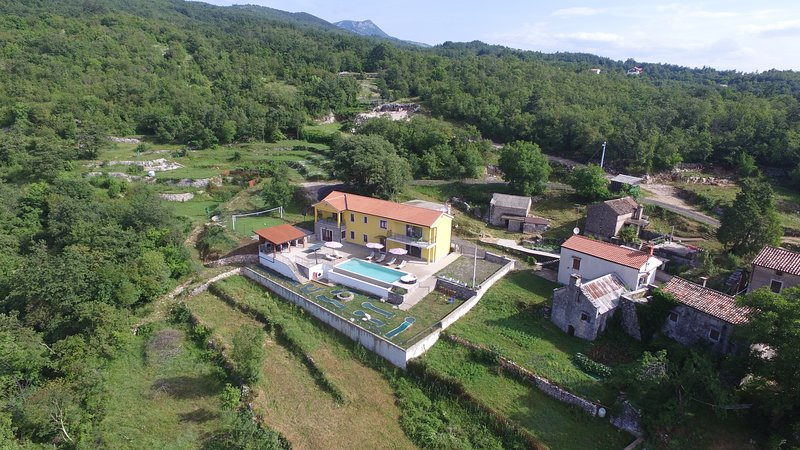 Spacious villa with swimming-pool, casa vacanza a Moscenice
