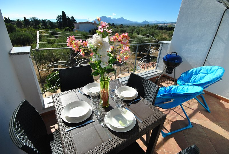 trilocale OLIVETO panoramico con piscina comune, vakantiewoning in Galtelli