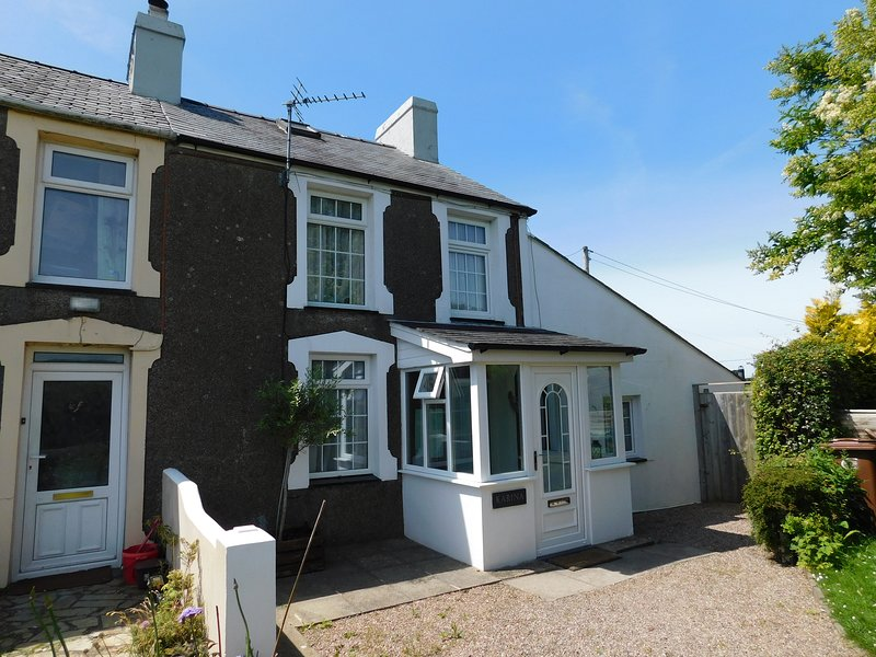 Karina lovely Holiday Cottage in Morfa Nefyn Easy walk to beaches., vacation rental in Boduan