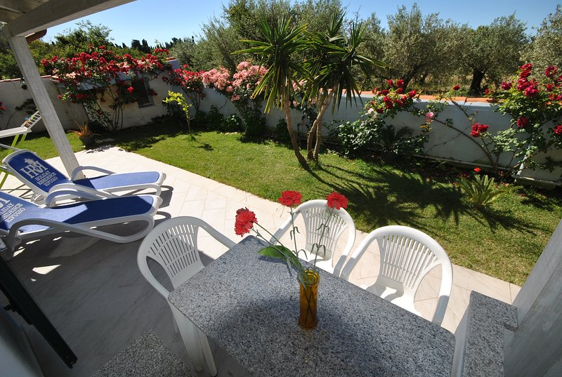 bilocale MIRTO con piscina e giardino comune, vakantiewoning in Galtelli