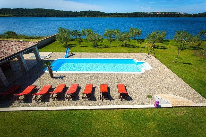 Big villa with swimming-pool & Wifi, location de vacances à Pomer
