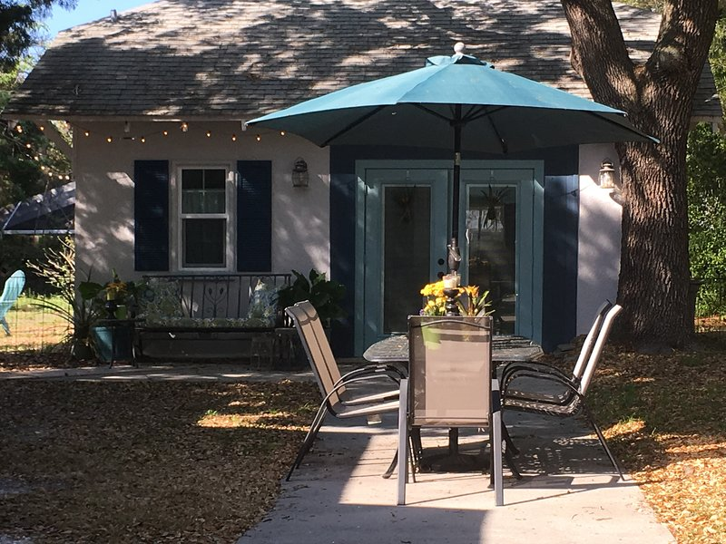 Ozona Guesthouse, 5 minutes from Honeymoon Bch with Bicycles and Dog Friendly, vacation rental in Crystal Beach