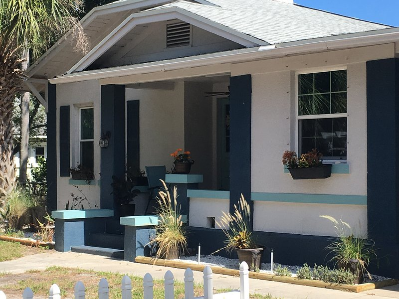 1923 Ozona Bungalow, 5 minutes from Honeymoon Bch with Bicycles and Dog Friendly, vacation rental in Crystal Beach