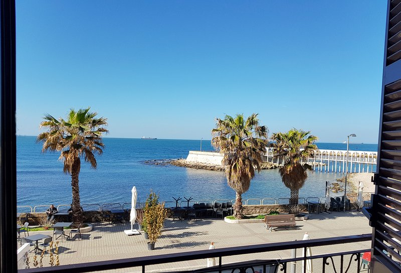 Mowita seaside flat at one step from the ocean, casa vacanza a Civitavecchia