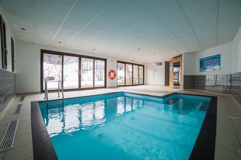 Sumérgete en la encantadora piscina interior después de un día afuera.