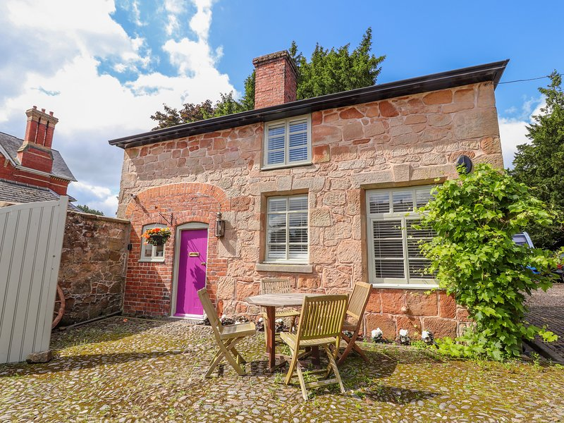 RECTORY COTTAGE, WiFi, pet-friendly, near Oswestry, holiday rental in Pant