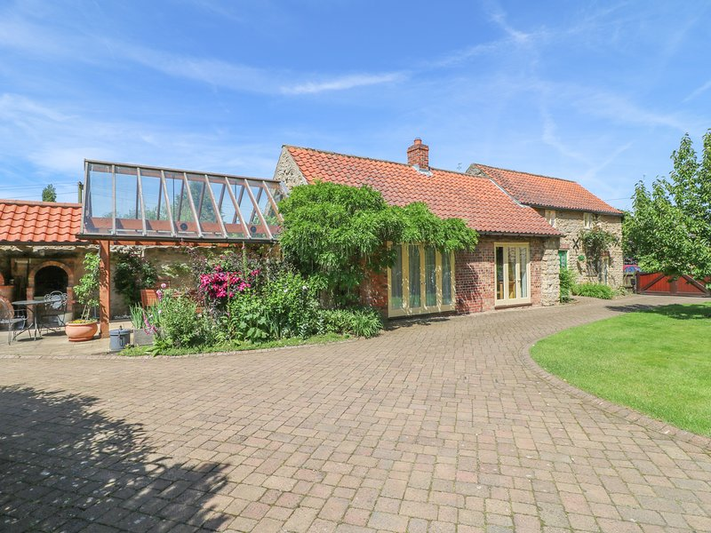 FORGE COTTAGE, Pet-friendly, WiFi, Enclosed garden, Hemswell, holiday rental in Glentham