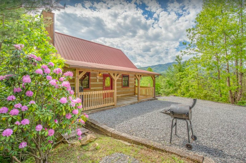 Genuine Smoky Mountain Log Cabin. Secluded. Easy Access, Wifi, Loft King., vacation rental in Gatlinburg