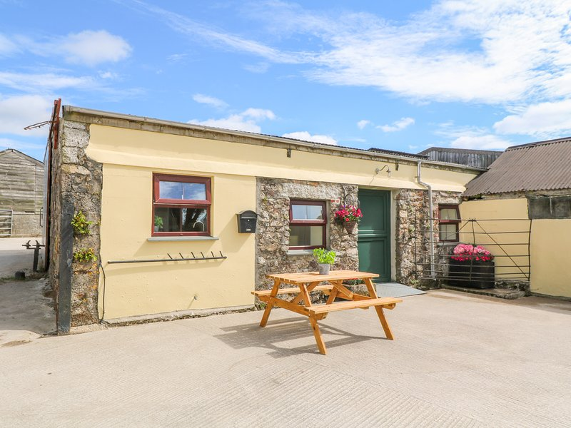 THE OLD COWS HOUSE, off-road parking, Helston, holiday rental in Wendron