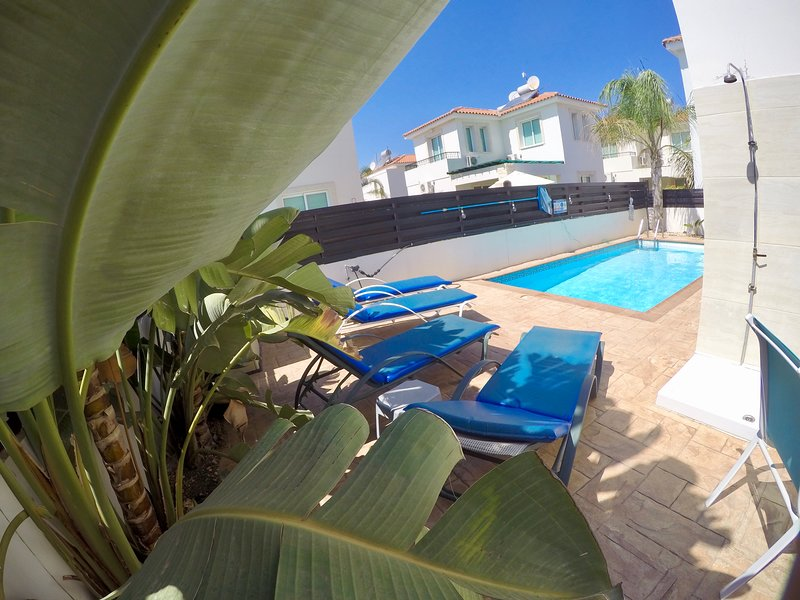 Beautiful 'Amelia' villa in pernera, sleeps 6, table tennis, pool, BBQ & wifi, Ferienwohnung in Pernera