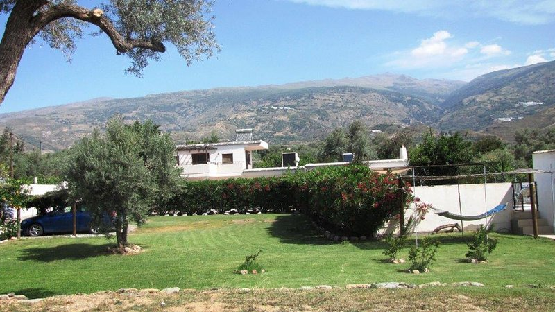 Las Alegrias.5 beds/5 baths. 5 Mins Orgiva.Sleeps 8+ .Large Secure Pool. Garden., holiday rental in Carataunas