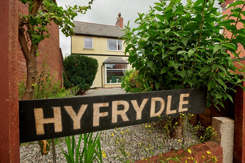 Stunning 3 Bed House in Mold, for Keyworkers, vacation rental in Llanferres