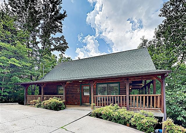 Luxe 'Parkway Retreat' Cabin w/Deck & Hot Tub- Near Pigeon Forge & Gatlinburg, holiday rental in Sevierville
