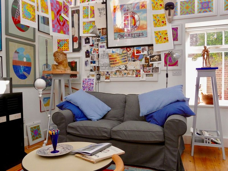 The Artists House - A spacious one bedroom holiday home in the heart of the cons, vacation rental in Deal