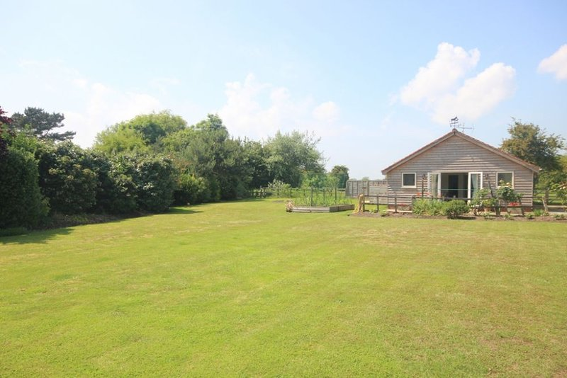 Stable Cottage - A coastal holiday cottage minutes from the beach and the golf c, holiday rental in Sandwich