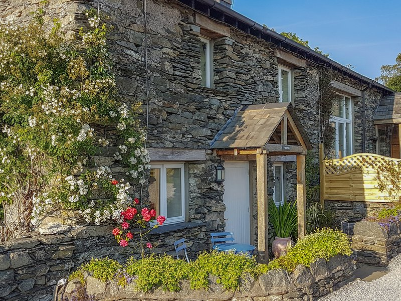 PHEASANT COTTAGE, feature beams, private patio area, walks from the door, Ferienwohnung in Cartmel