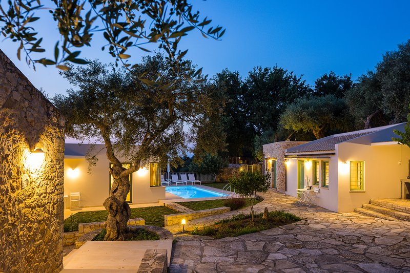 Green Oasis, secluded villa in nature, with private pool, close to beach & shops, holiday rental in Atsipopoulo