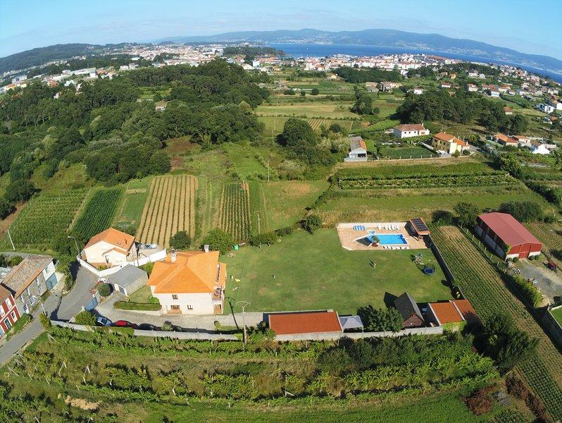 Villa con piscina y jardín, aluguéis de temporada em Outeiro
