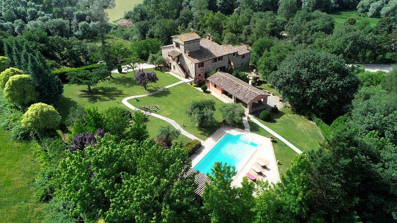 Villa Altea, sleeps up 15. Family friendly villa with large park and pool, alquiler vacacional en Quadro