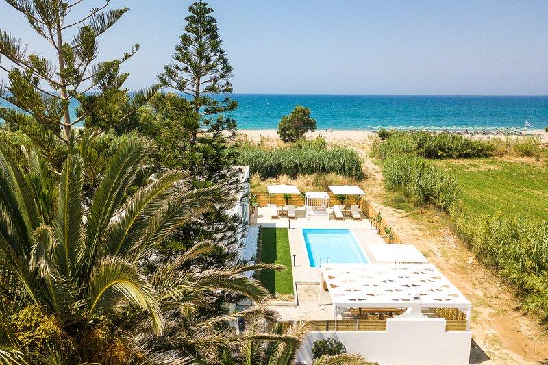 Mavi Beachfront Villa with heated pool, walking distance to everything!, alquiler de vacaciones en Rethymnon