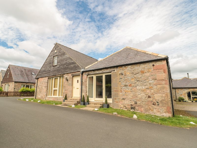 BROADWOOD HOUSE, barn conversion, dog-friendly, external games room, garden, in, vacation rental in Chathill