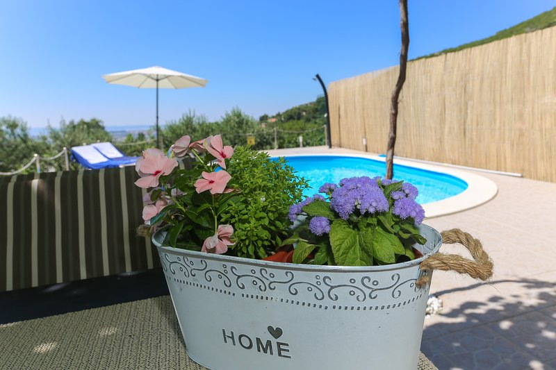 Holiday house with pool and sea view 'APARTMAN RUPOTINA', location de vacances à Solin