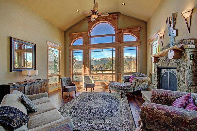 Belle finestre dal pavimento al soffitto