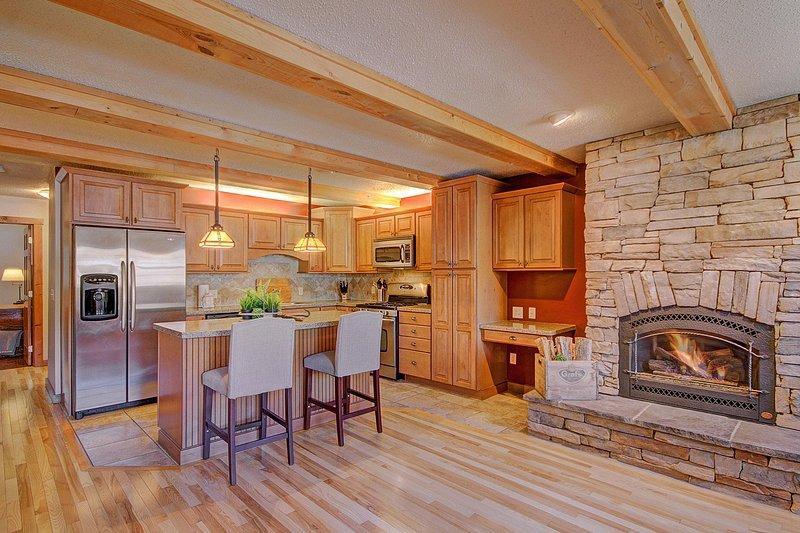 Le salon s'ouvre sur une cuisine moderne et bien garnie