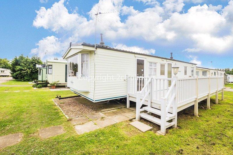 8 berth caravan for hire with decking at Manor Park in Hunstanton ref 23069C, vakantiewoning in Hunstanton