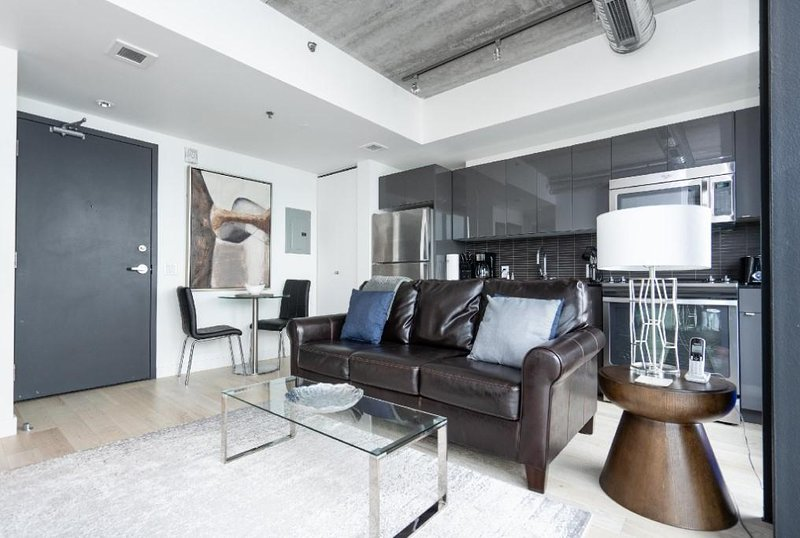 435 square feet and sitting pretty on the 3rd floor of one of Winnipeg's most spectacular buildings!  Being in the heart of downtown the location is ideal.  A stone's throw away from BellMTS Place, True North Square, dining and nightlife, The Forks a...