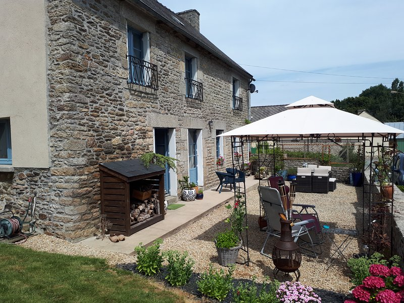 Gite Bleu Brittany. Lovely 3 bedroom rural property near Dinan, holiday rental in Brusvily