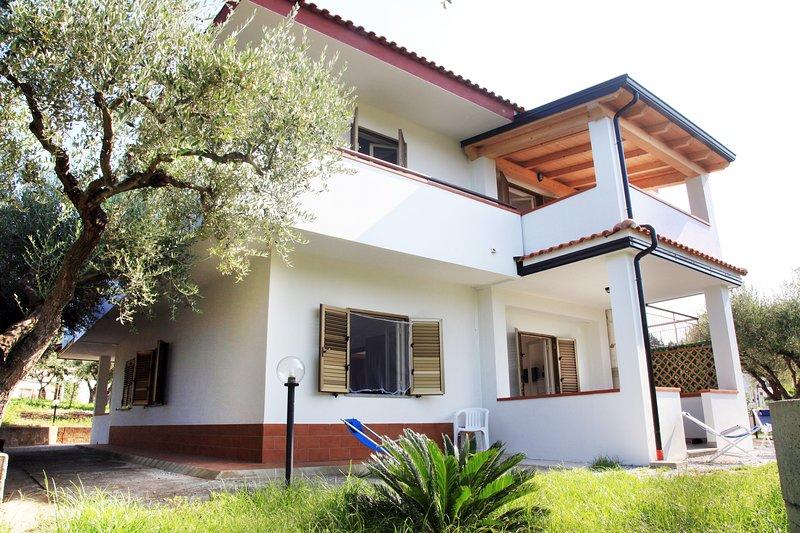 Case vacanze Sangeni, Appartamento n.3  - piano terra con veranda, vakantiewoning in Capo Vaticano