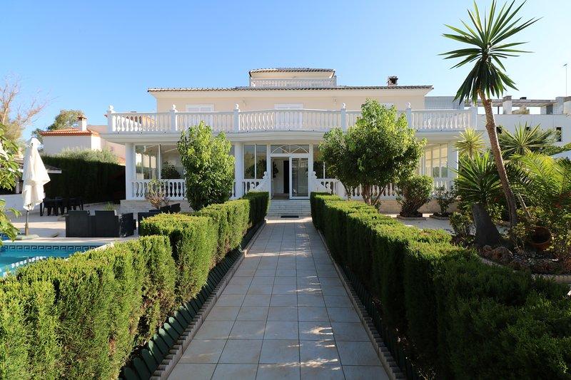 Villa Olga Torremolinos. Con piscina climatizada, holiday rental in Torremolinos