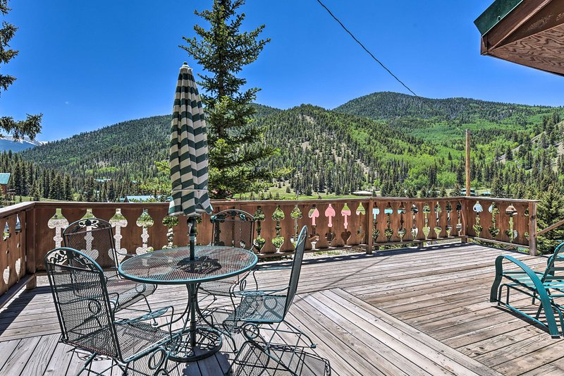 'Valley of the Pines Chalet' w/ Deck, Near Main St, holiday rental in Red River