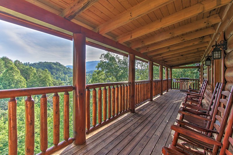 Escape to the Great Smoky Mountains in 'Boogie Bear,' a 5-bed, 5-bath home!