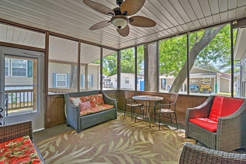 Scopri il meglio di Myrtle Beach in questa casa con 4 camere da letto e 2 bagni!