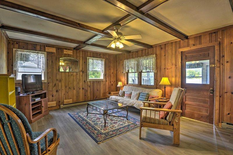 Esta casa ofrece más de 100 pies de frente al lago y todas las comodidades del hogar.