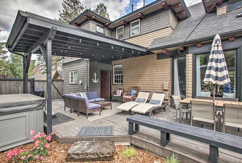 El patio amueblado cuenta con una mesa de comedor, seccional y muchos asientos.
