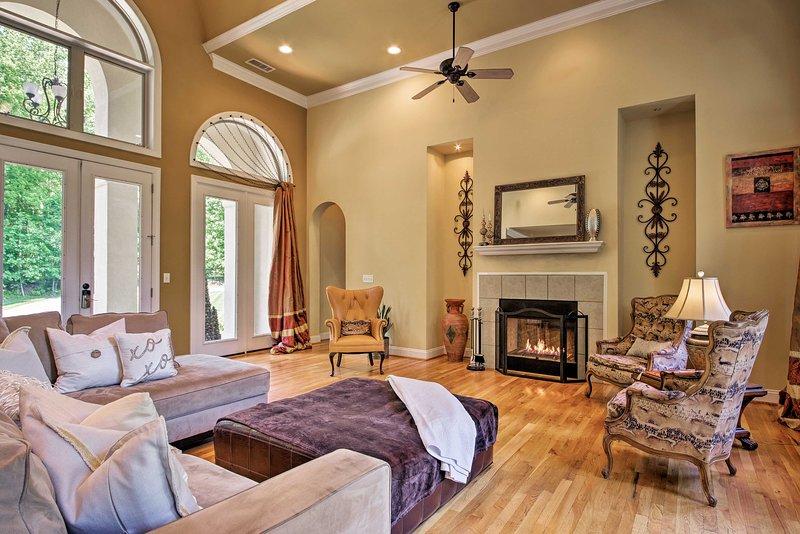 Uma estadia de luxo espera por você neste 2 quartos, 2 banho de casa Belmont para 4!