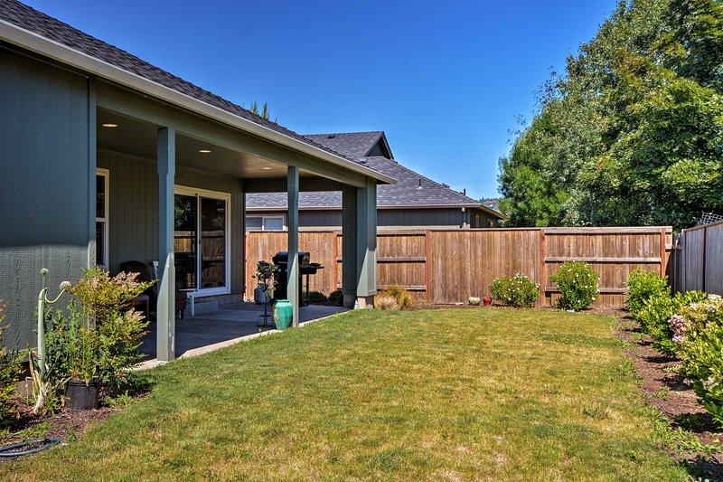 Questa casa vanta un cortile recintato, patio coperto e molto altro!