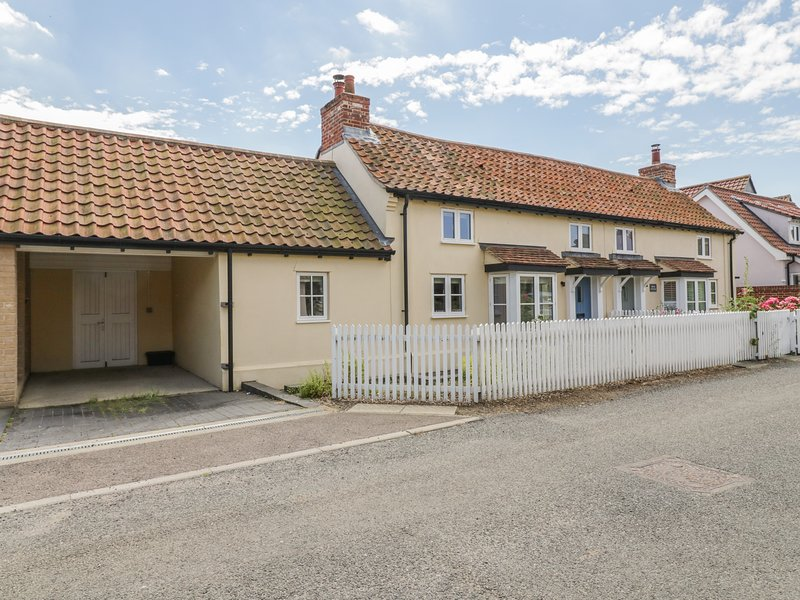 DAISY COTTAGE, character, semi-detached cottage, woodburner, dog-friendly, holiday rental in Saxmundham