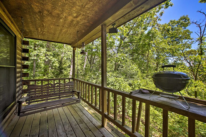 Secluded Studio w/ Deck, ~8 Miles to Beaver Lake!, holiday rental in Holiday Island