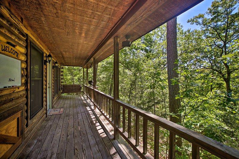 Eureka Springs Studio w/ Deck, Views & BBQ!, holiday rental in Holiday Island